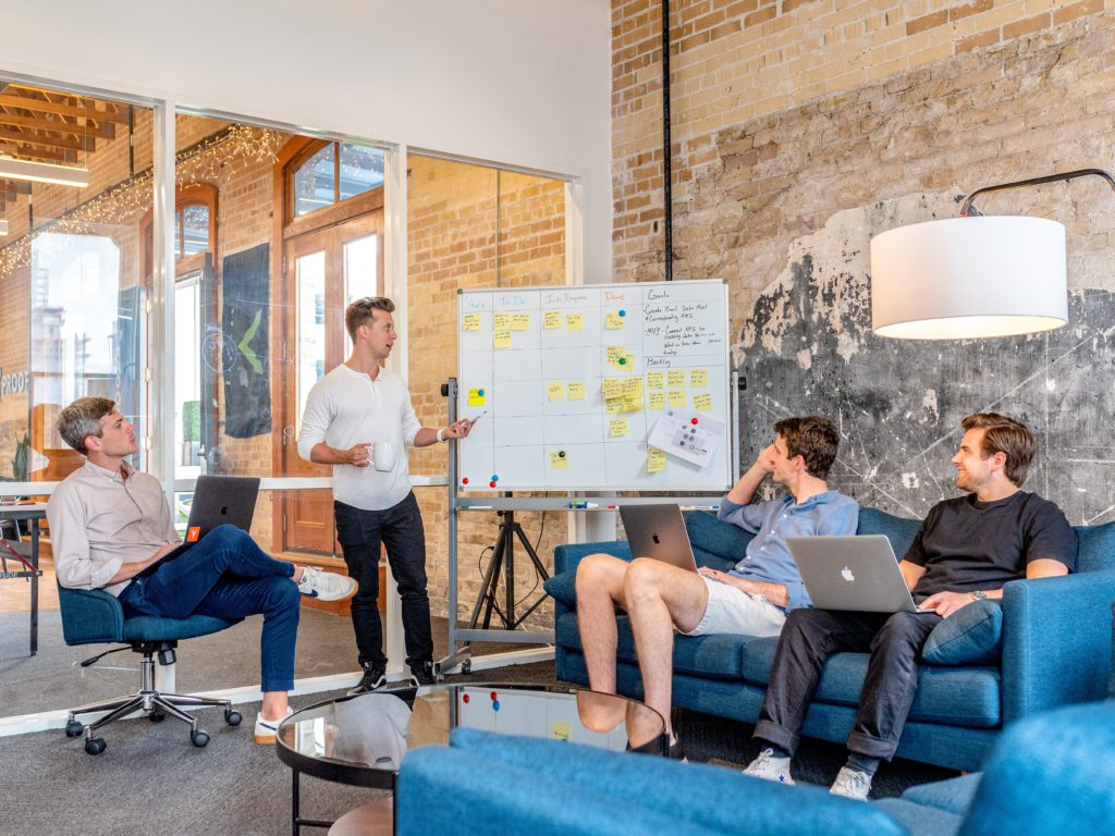 Een groep mensen die een online strategie uitwerken