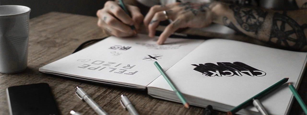 Designer die logo's schetst
