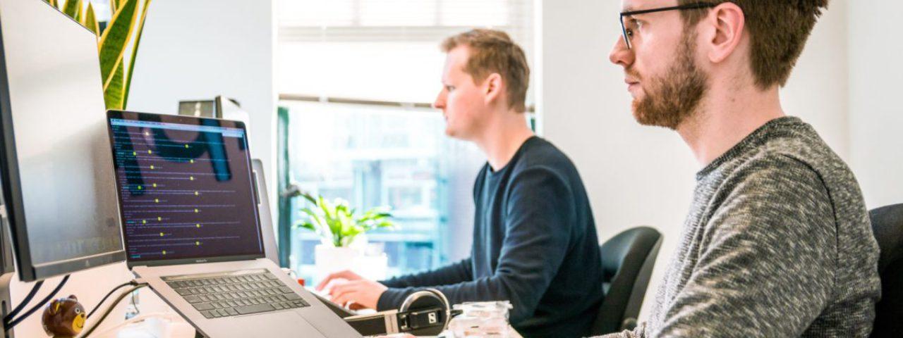 Twee developers die naast elkaar werken